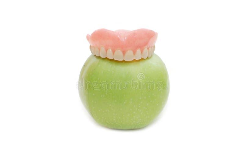 Dentiers avec la pomme verte images stock