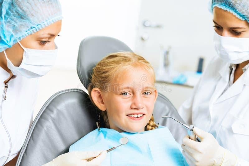 Dentista che ispeziona paziente fotografia stock