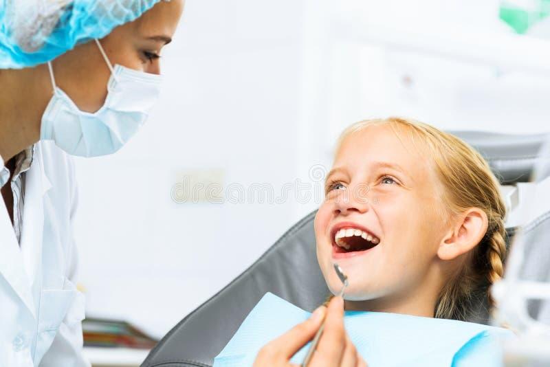 Dentista che ispeziona paziente immagini stock