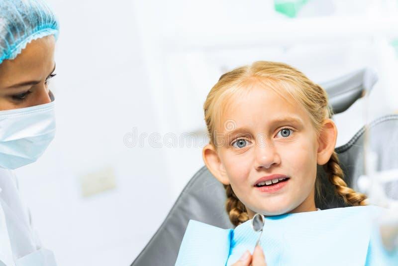 Dentista che ispeziona paziente immagini stock libere da diritti
