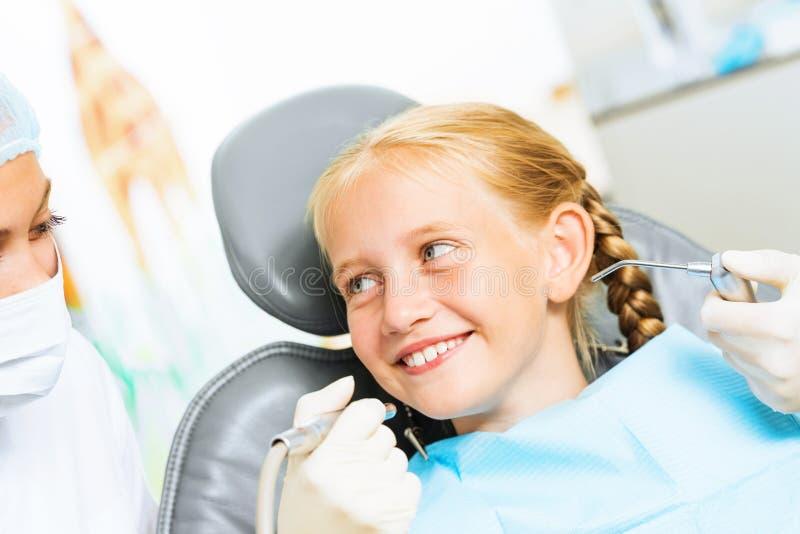 Dentista che ispeziona paziente immagine stock