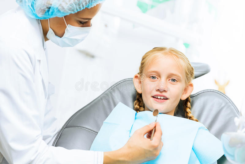 Dentista che ispeziona paziente fotografie stock