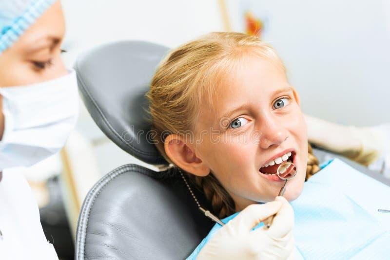 Dentista che ispeziona paziente fotografia stock libera da diritti