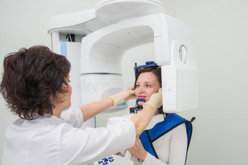 Dentista che prende i raggi x digitali panoramici dei denti del paziente una s fotografie stock libere da diritti