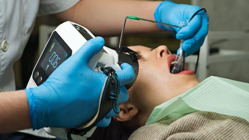 Dentista con i raggi x portatili fotografia stock