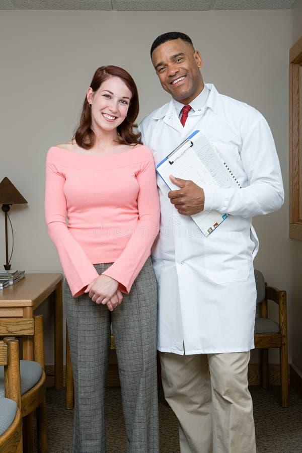 Dentista con il paziente immagini stock