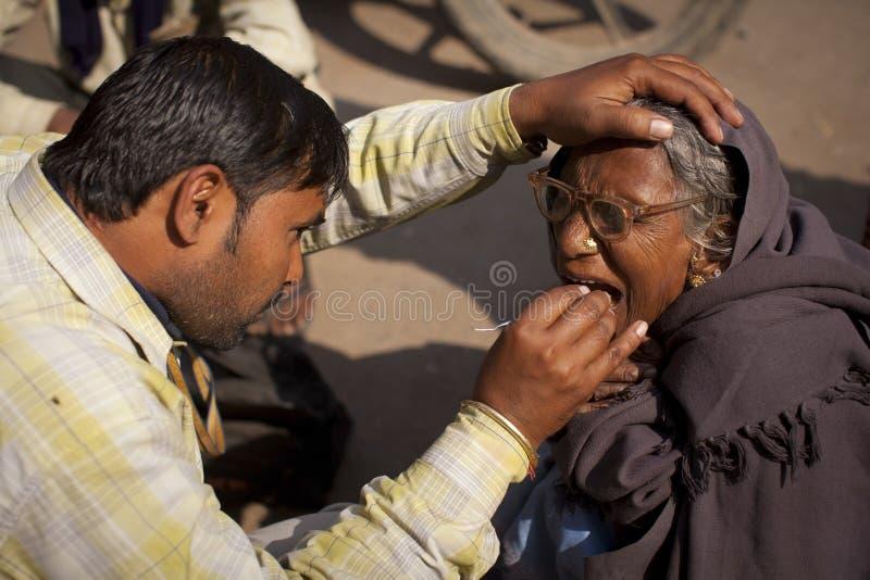 Dentista con un paziente della donna al bordo della strada nel Va fotografie stock libere da diritti