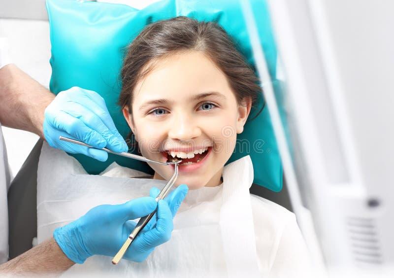 Dentista, criança na cadeira dental foto de stock