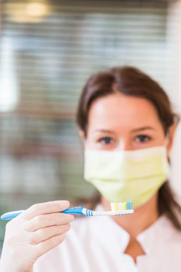 Dentista de la mujer con la máscara imagen de archivo