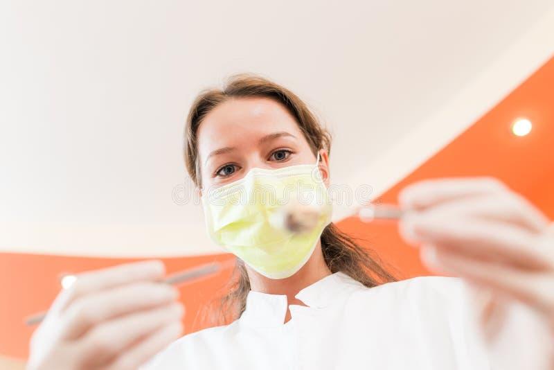 Dentista de la mujer con la máscara fotos de archivo libres de regalías