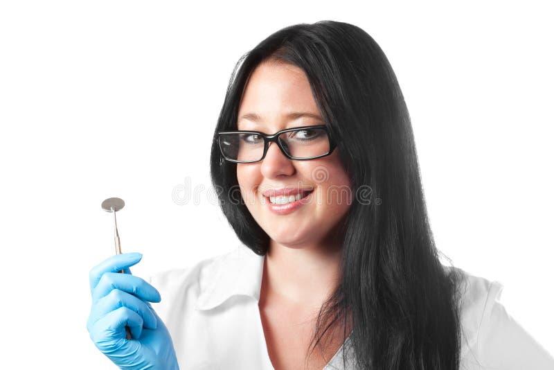 Dentista de sexo femenino sonriente joven trigueno aislado fotografía de archivo