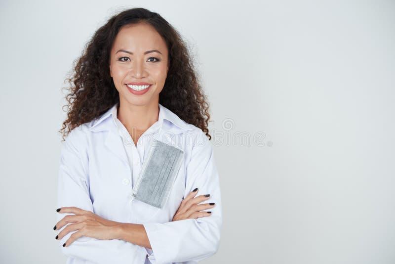 Dentista de sorriso no revestimento branco fotografia de stock royalty free