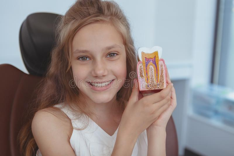 Dentista de visita da moça bonita fotografia de stock royalty free