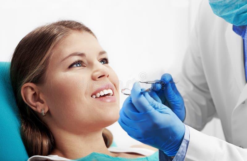 Dentista de visita da mulher fotografia de stock royalty free