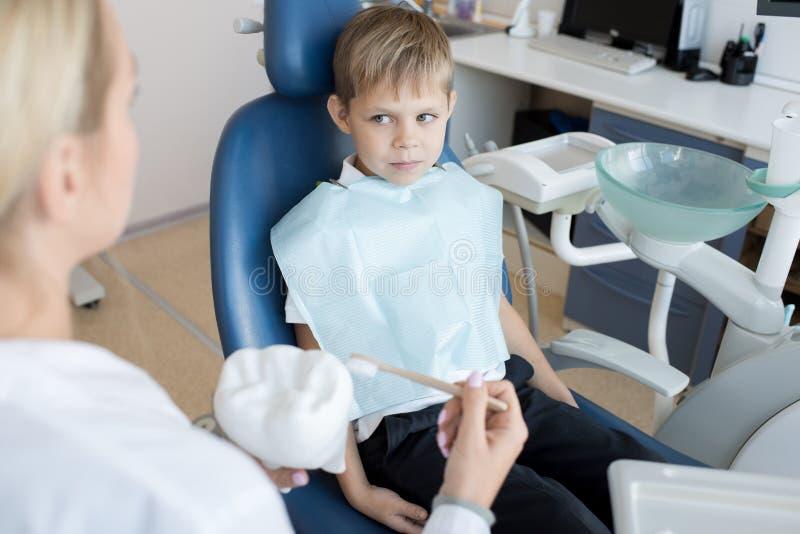 Dentista de visita de Little Boy imagens de stock royalty free