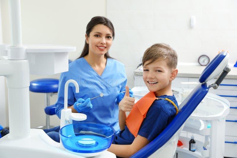 Dentista e rapaz pequeno profissionais fotos de stock royalty free