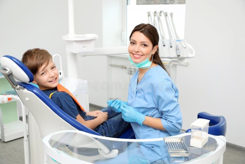 Dentista e rapaz pequeno profissionais foto de stock royalty free