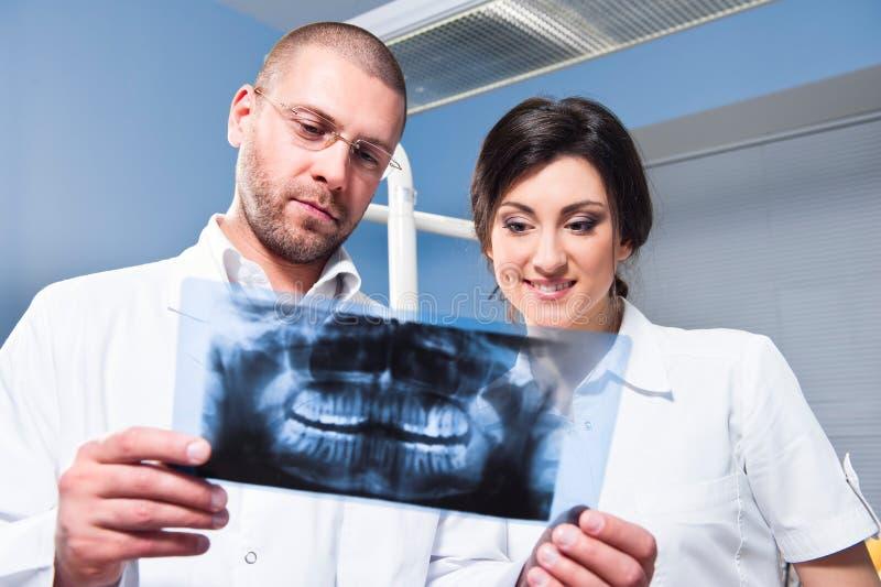 Dentista ed assistente alla clinica fotografie stock