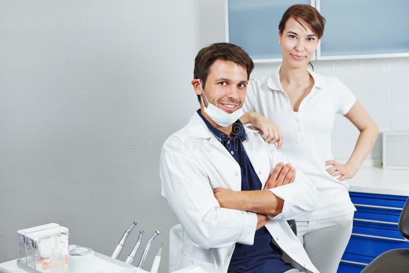 Dentista ed assistente dentario in odontoiatria fotografia stock libera da diritti