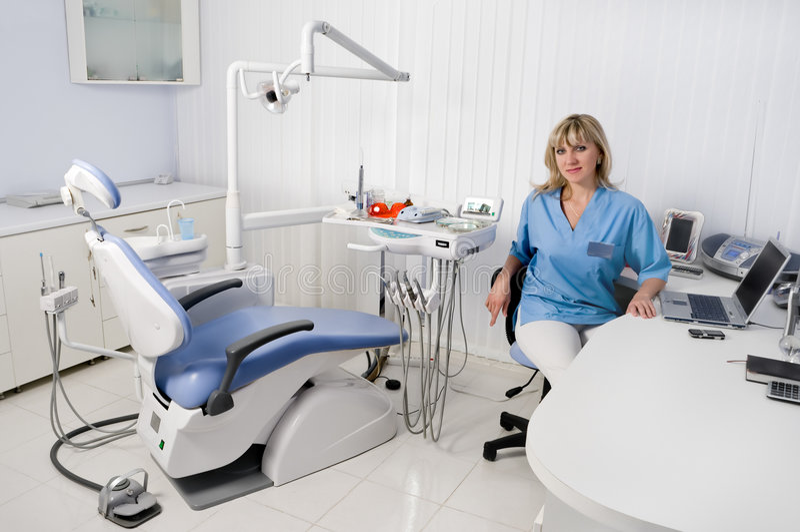 Dentista em seu escritório imagens de stock royalty free