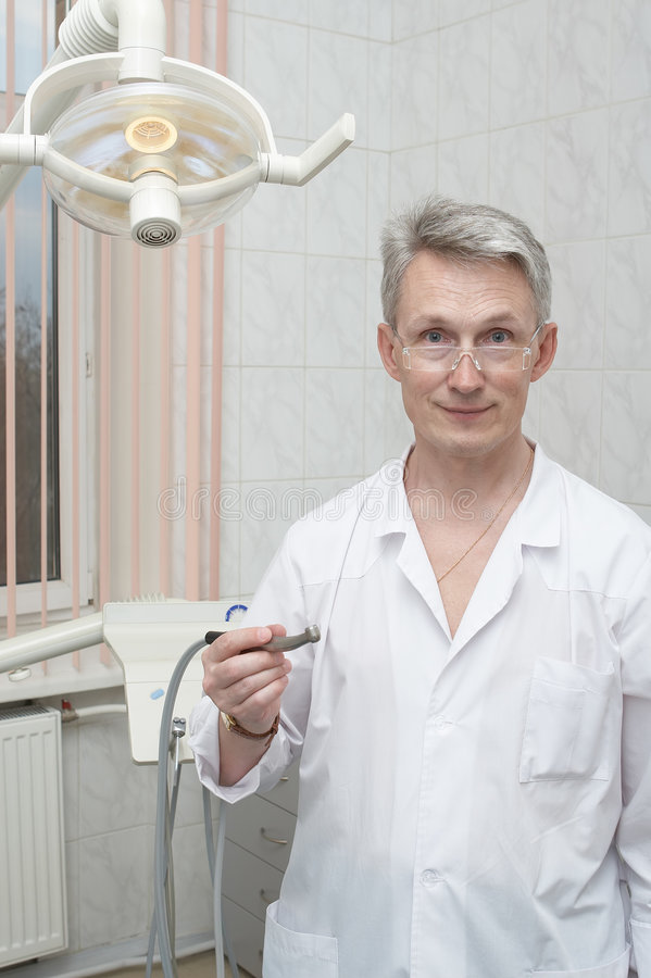 Dentista em um local de trabalho   imagem de stock
