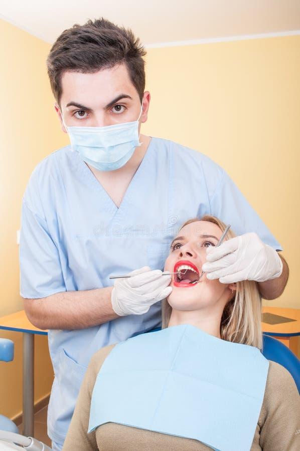 Dentista en el trabajo de sexo masculino joven fotografía de archivo