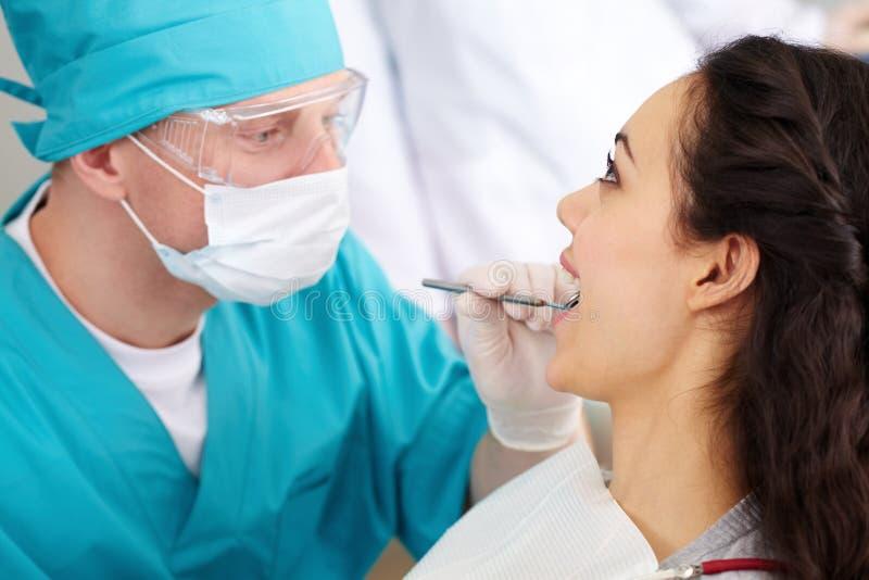 Dentista en vidrios protectores fotos de archivo
