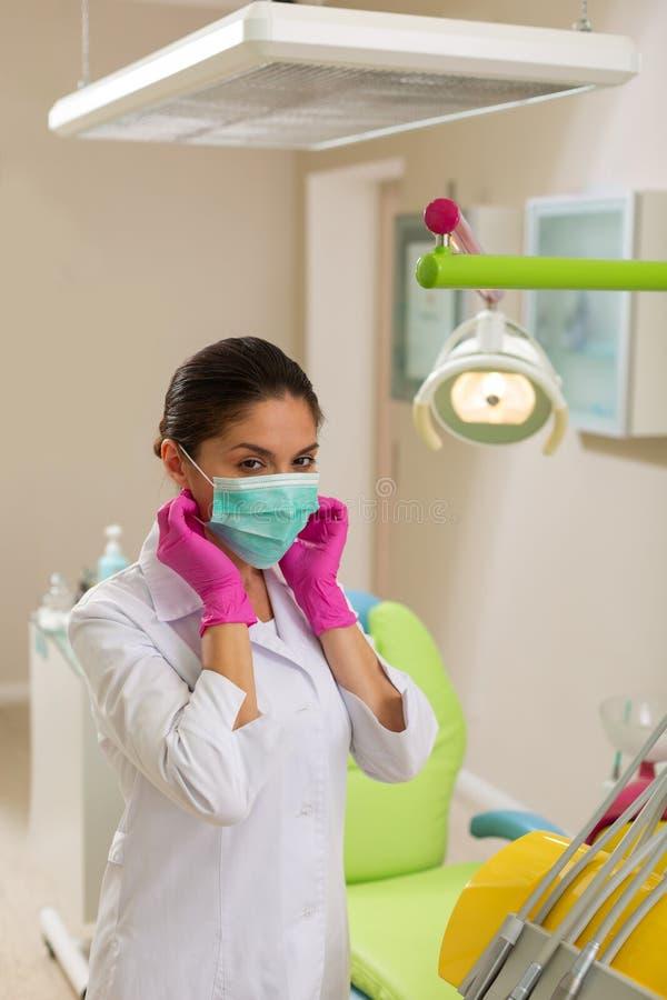 Dentista fêmea caucasiano de olhos castanhos sério em um uniforme imagens de stock