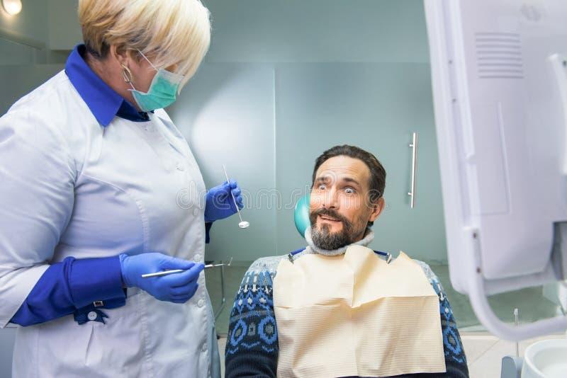 Dentista fêmea e seu paciente foto de stock
