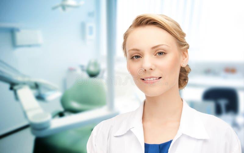 Dentista fêmea novo feliz com ferramentas foto de stock