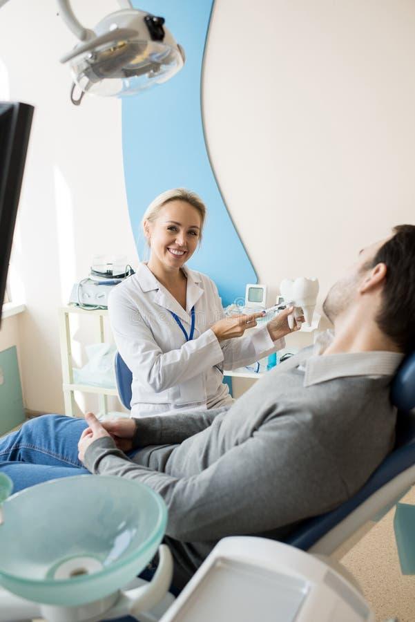 Dentista fêmea Working na clínica moderna fotografia de stock