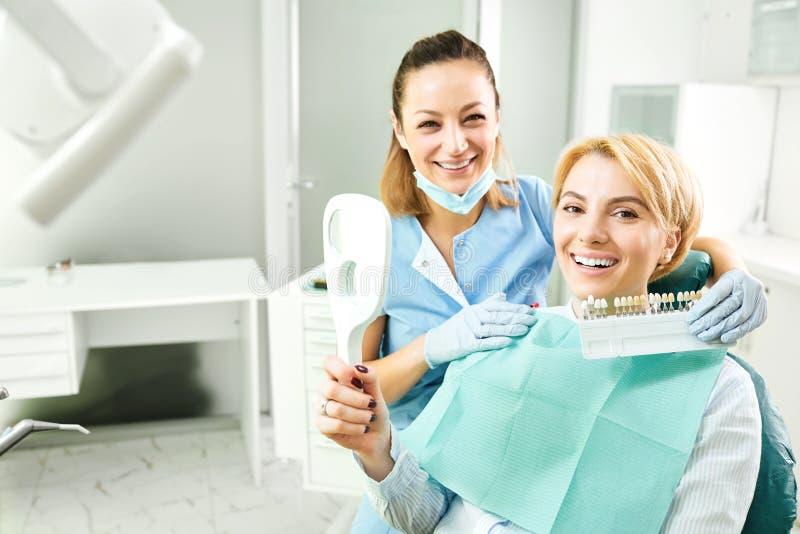 Dentista femminile che lavora con una ragazza paziente fotografia stock