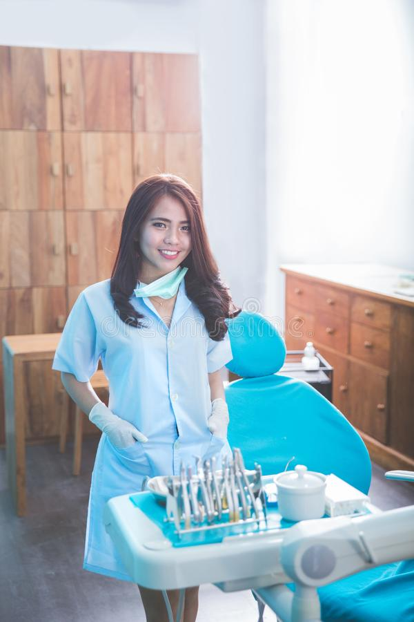 Dentista femminile con gli strumenti sopra la clinica medica dell'ufficio fotografie stock