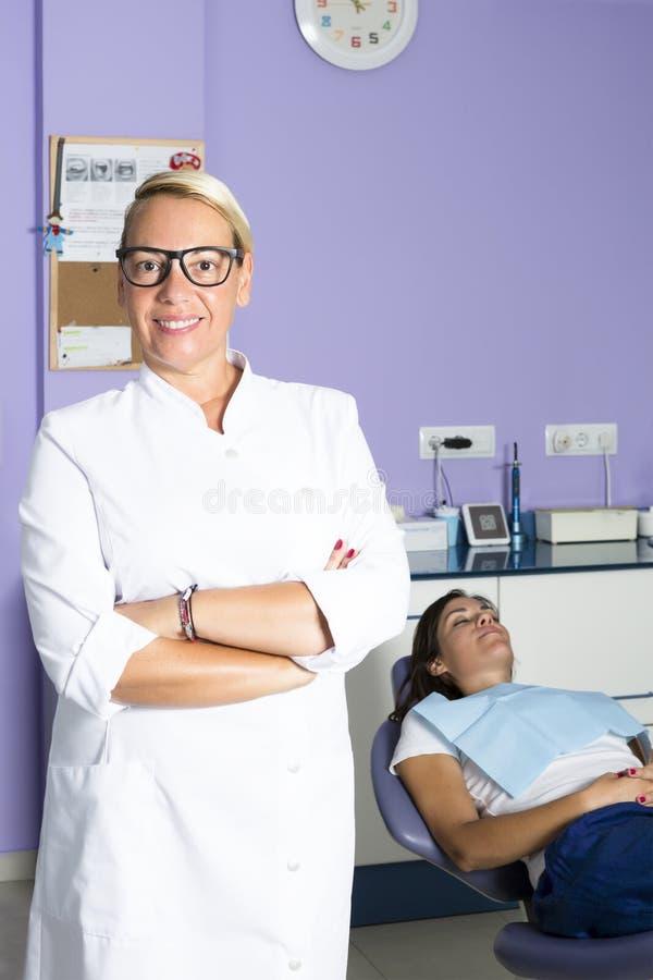 Dentista femminile e un paziente immagini stock