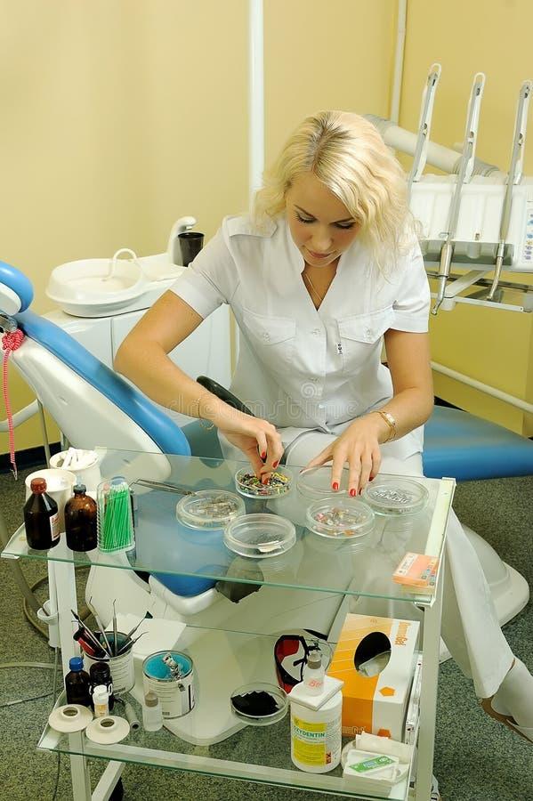 Dentista hermoso en oficina médica imagen de archivo