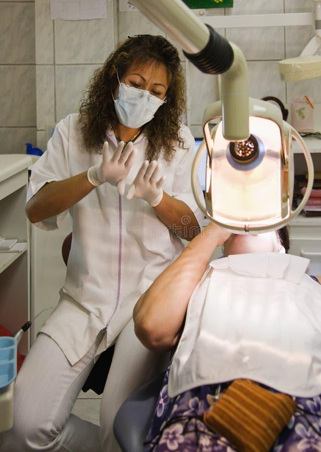 Dentista latino-americano foto de stock
