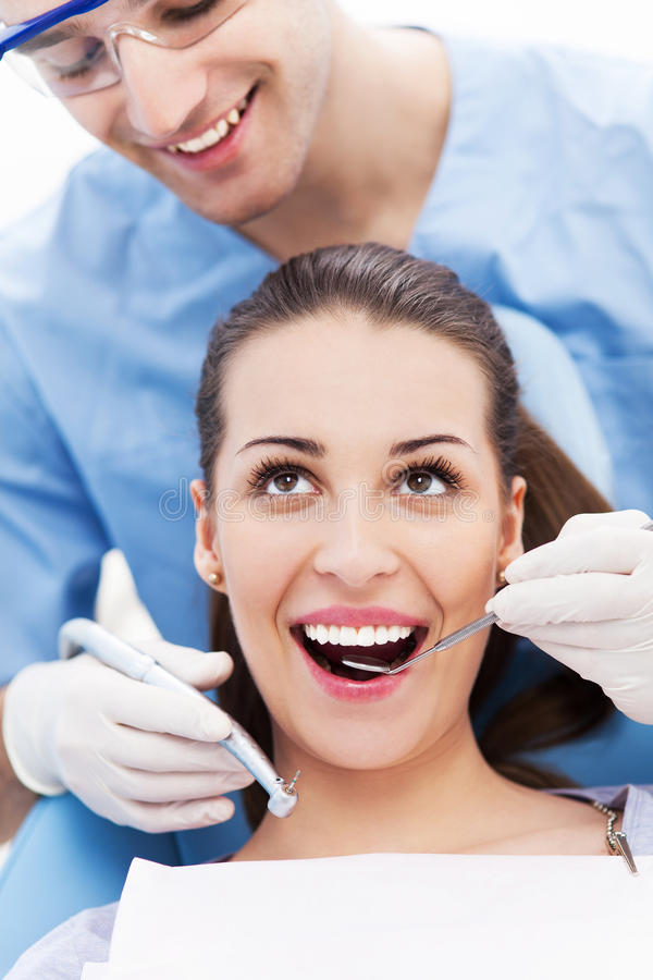 Dentista maschio con il paziente femminile fotografia stock