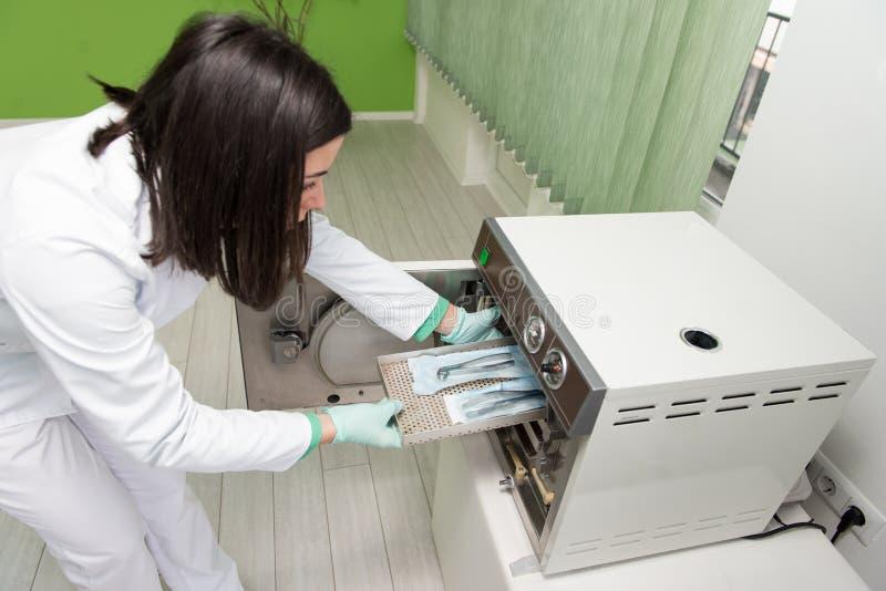 Dentista Places Medical Autoclave para esterilizar quirúrgico fotografía de archivo