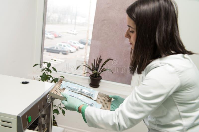 Dentista Places Medical Autoclave para esterilizar quirúrgico fotografía de archivo libre de regalías