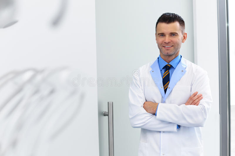Dentista Portrait Doctor joven en la clínica dental Cuidado de los dientes imagen de archivo libre de regalías