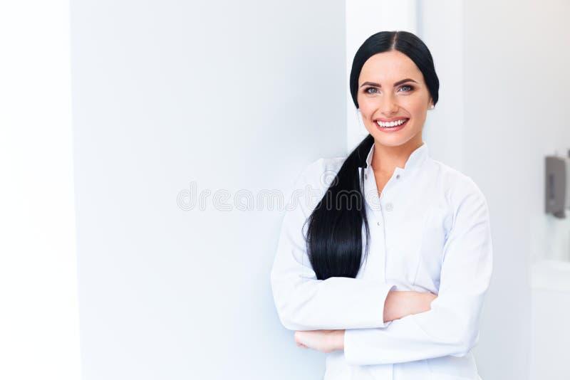 Dentista Portrait Doutor da jovem mulher na clínica dental Carro dos dentes imagens de stock royalty free
