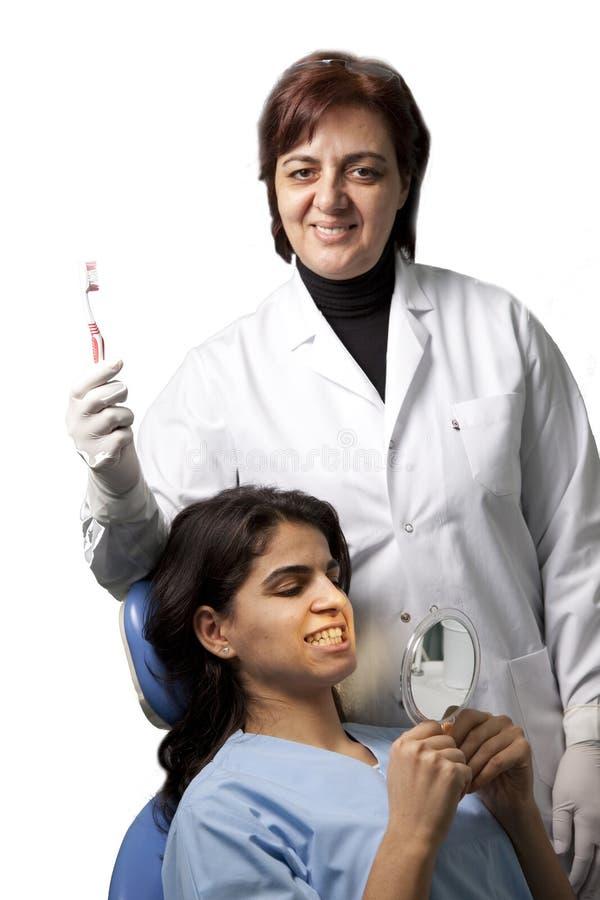 Dentista que mostra um toothbrush fotos de stock