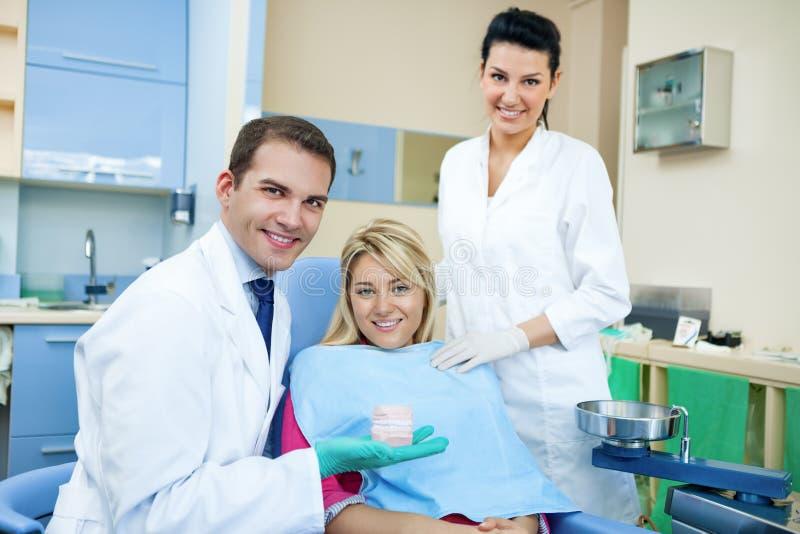 Dentista que muestra el molde dental fotografía de archivo