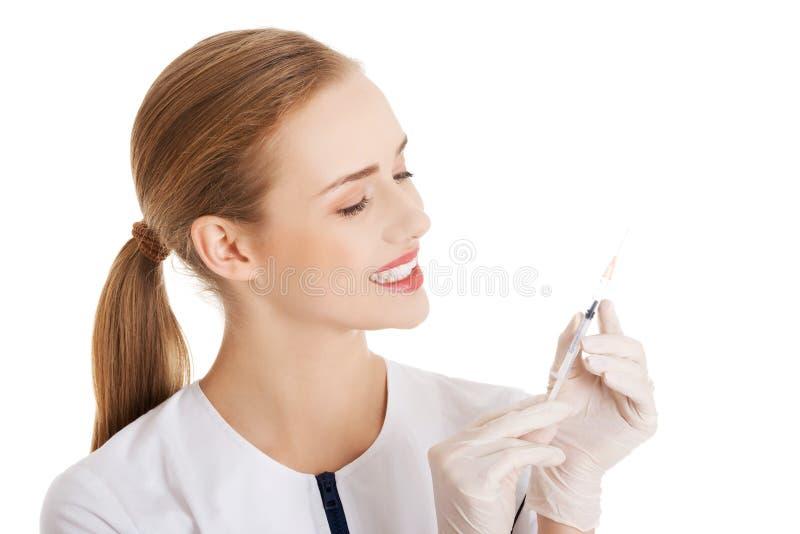 Dentista que sostiene una jeringuilla foto de archivo libre de regalías