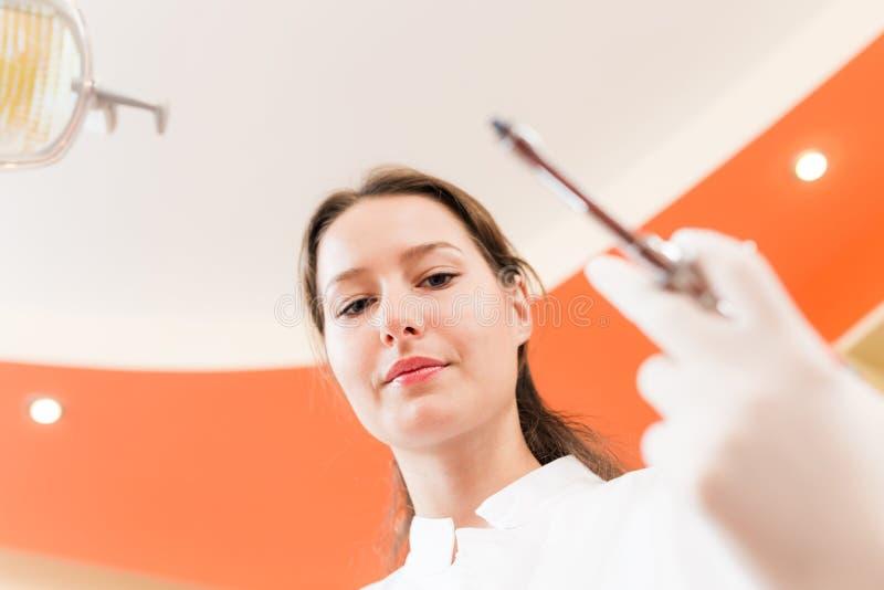 Dentista que sostiene una jeringuilla imágenes de archivo libres de regalías