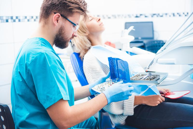 Dentista que toma a odontologia equipent imagens de stock