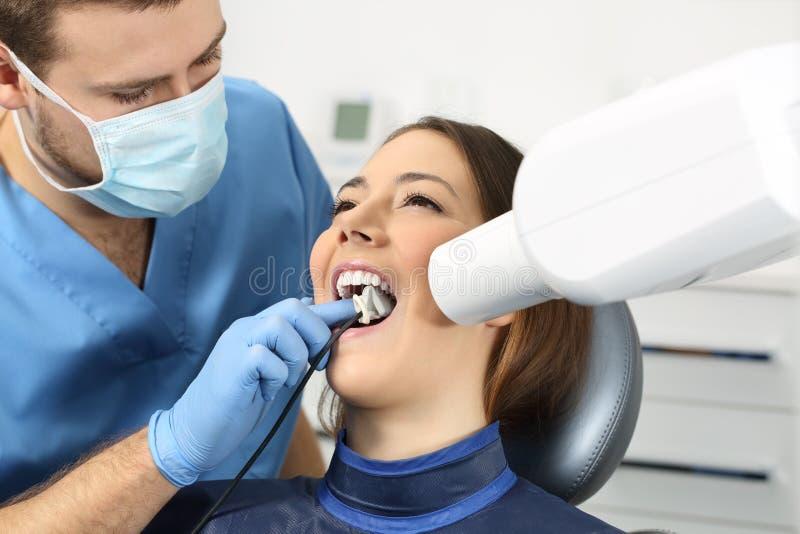 Dentista que toma una radiografía de los dientes fotos de archivo