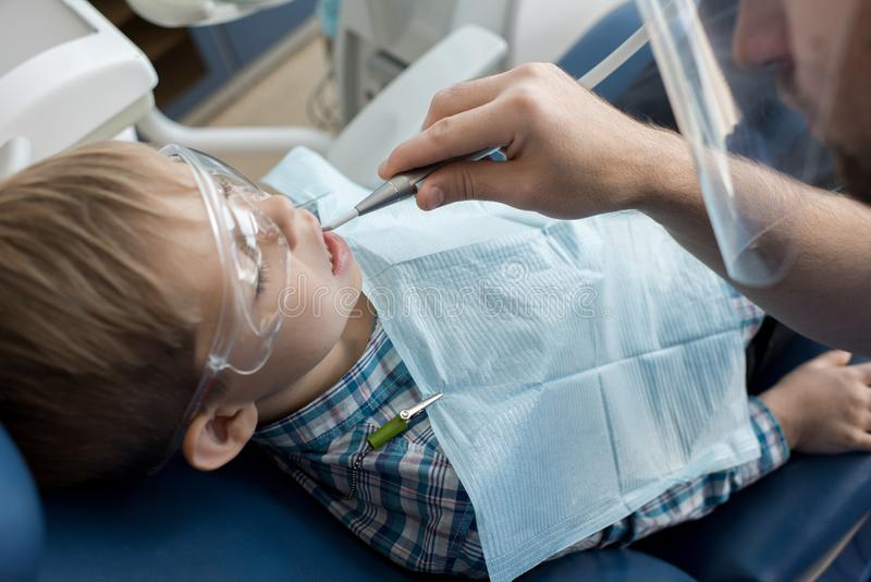 Dentista que trabalha com criança imagens de stock