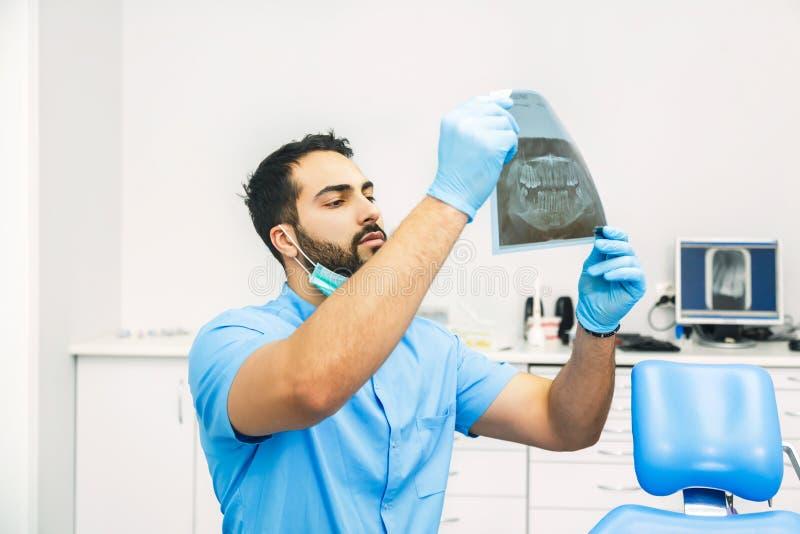 Dentista Studies la radiografía imagen de archivo libre de regalías
