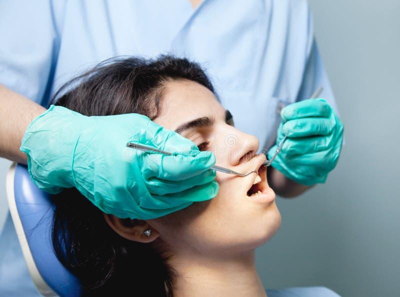 Dentista su lavoro fotografie stock